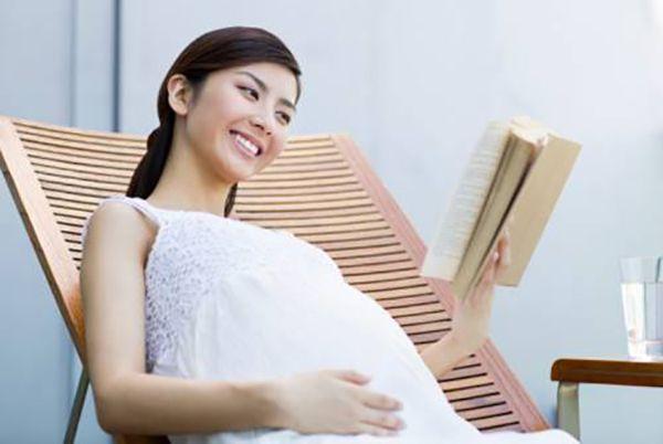 Bà bầu đọc sách giúp thai nhi phát triển não bộ vượt trội-1