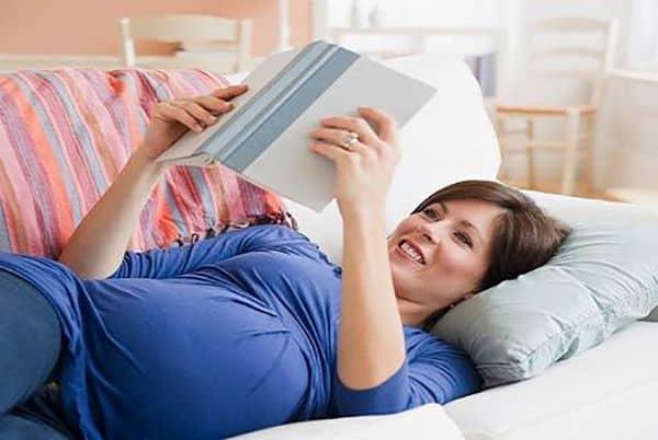 Bà bầu đọc sách giúp thai nhi phát triển não bộ vượt trội